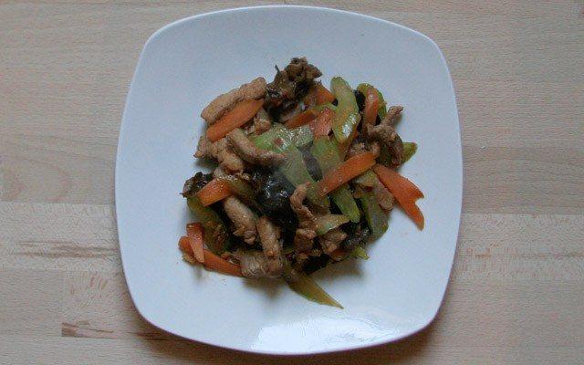 Sellerie und Schweinefleisch mit Chillibohnenpaste